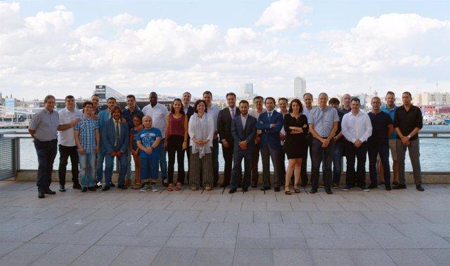 Los trabajadores que recibieron los diplomas y el equipo del grupo Cares