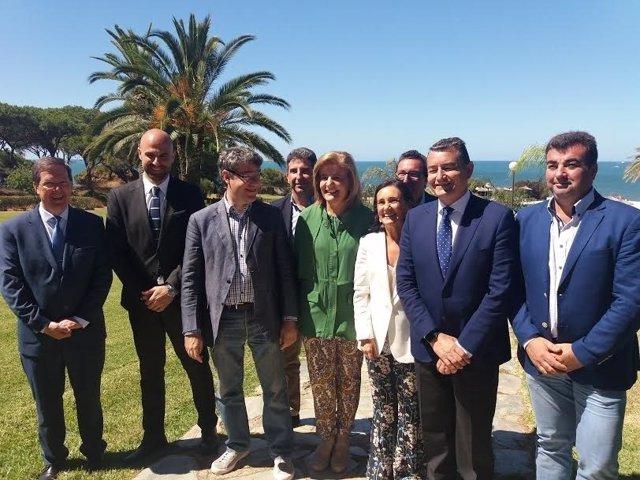Los ministros Álvaro Nadal y Fátima Báñez en el Parador de Mazagón.