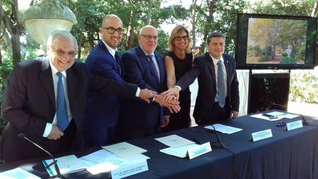 Los firmantes después de formalizar el acuerdo para la reconversión de Lloret