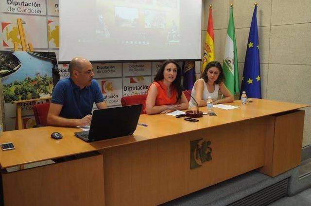 Gómez (centro) durante la presentación del proyecto