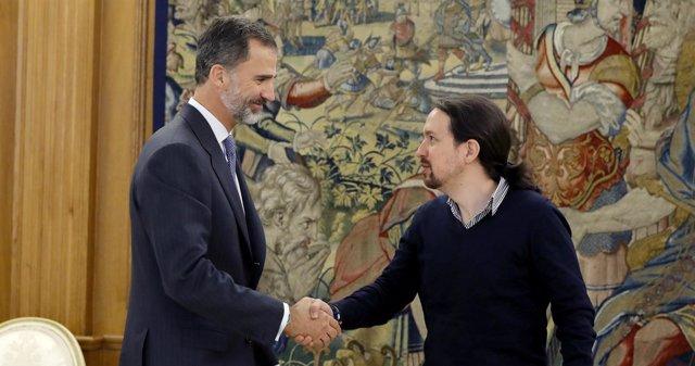 El Rey recibiendo a Pablo Iglesias