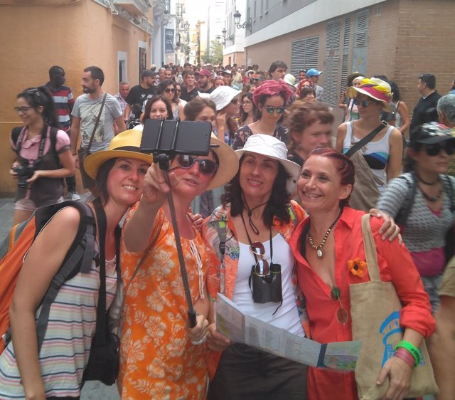 Vecinas disfrazadas de turistas durante la manifestación