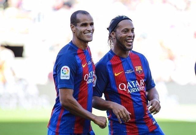 Rivaldo y Ronaldinho en el Camp Nou en un partido de Leyendas