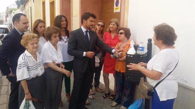 El portavos del PP junto a la Asociación de Vecinos de San Lorenzo