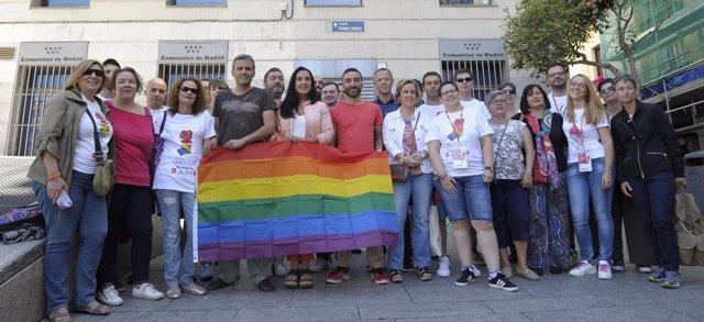 Miembros del PSOE se fotografían la Plaza Pedro Zerolo de Madrid