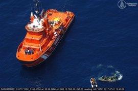 Trasladan a Motril a 25 personas rescatadas de una patera en el mar de Alborán