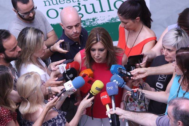 Susana Díaz atiende a los periodistas al formalizar su candidatura al PSOE-A