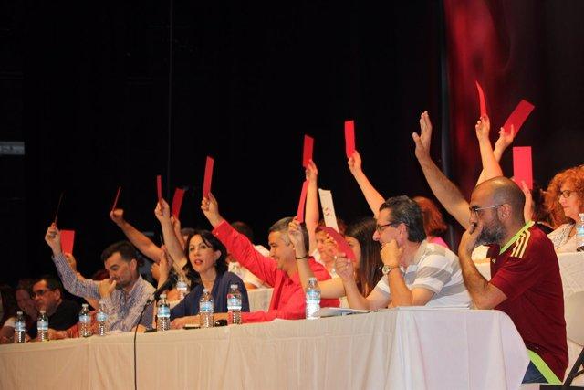 Votación en el Congreso del PCA que se celebra en Albolote (Granada)