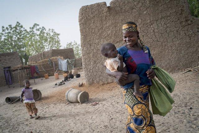 Abida, de 17 años, y sus dos hijos en Níger