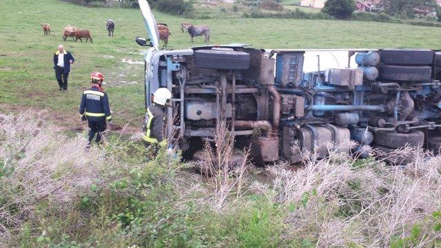 Camión cisterna de leche vuelca en Meruelo