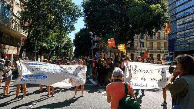 Protesta de Arran ante la Comisaría de los Mossos en Les Corts de Barcelona
