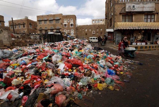 Montaña de basura en Saná