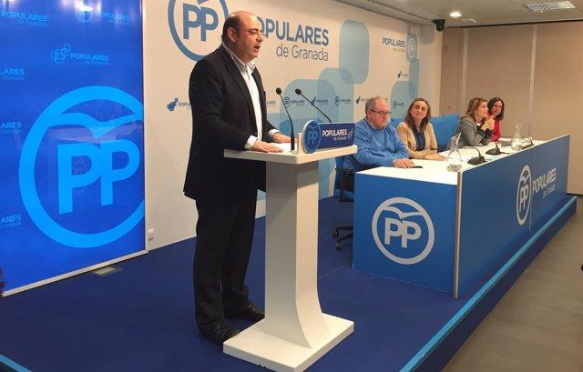 El presidente del PP de Granada, Sebastián Pérez, en rueda de prensa