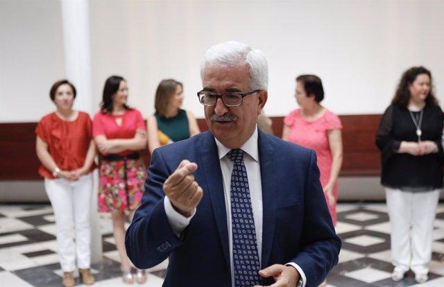 El vicepresidente de la Junta, Manuel Jiménez Barrios, atiende a los medios