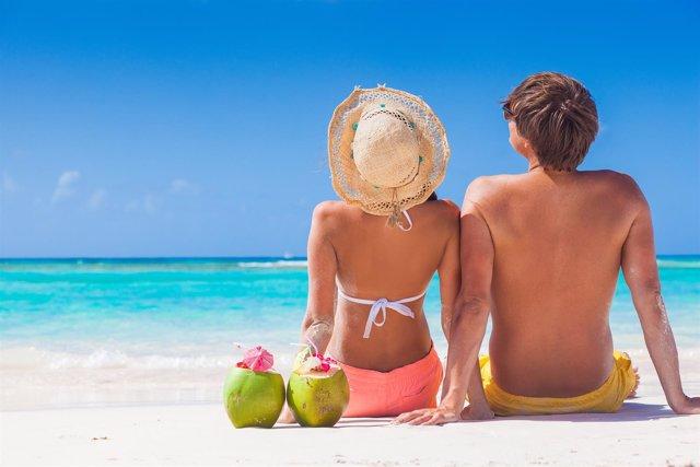 Pareja al sol, playa, exposición solar