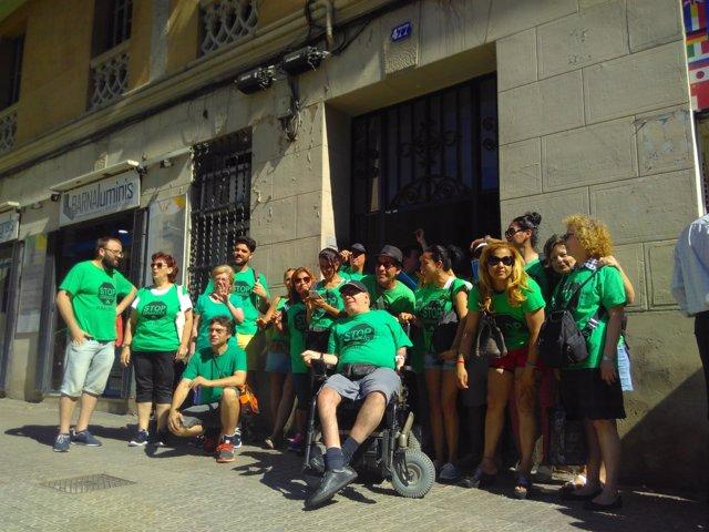 Miembros de la PAH y vecinos ante el bloque de Aragó 477