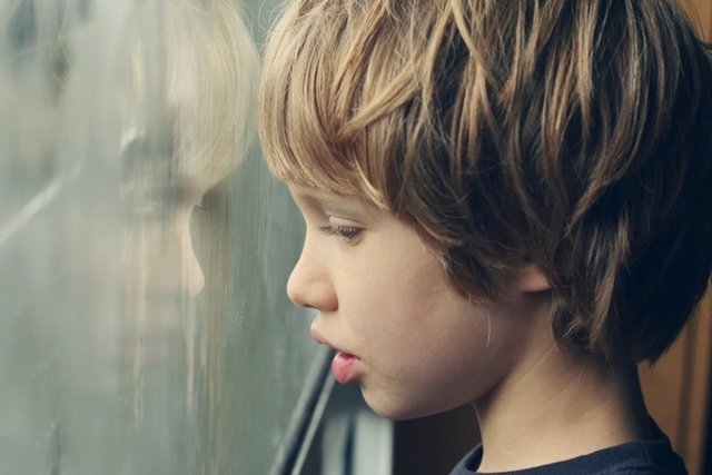 Niño, autismo, ventana