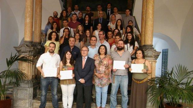 Amo y Díaz (centro) junto a premiados y participantes en el programa