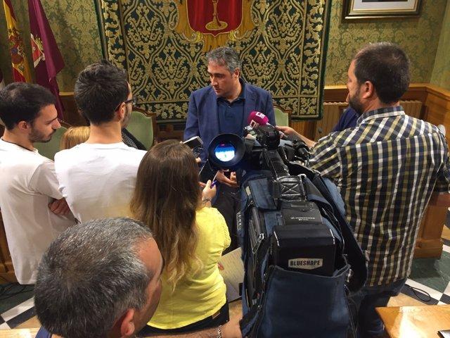 Mariscal atiende a los medios