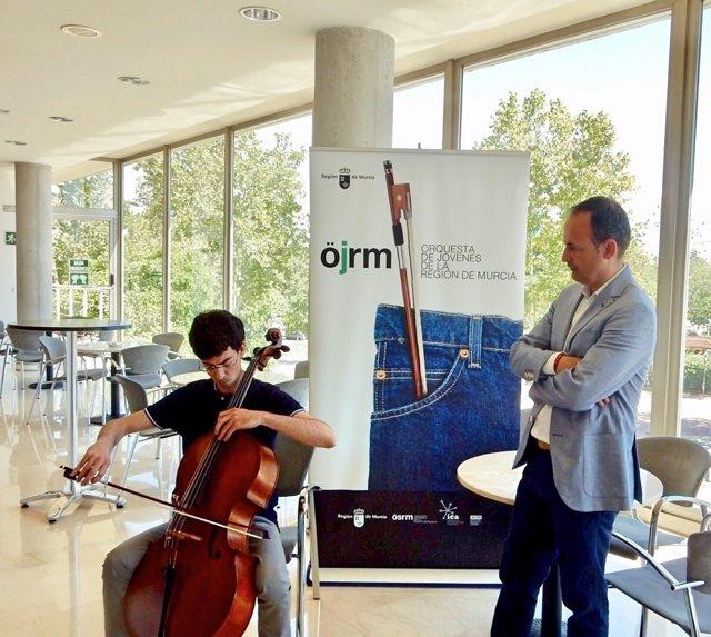 Celdrán escucha al violonchelista Lorenzo Meseguer