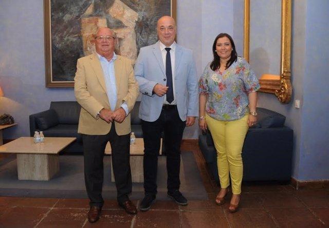 El presidente de la Diputación, Antonio Ruiz (centro), junto a Tamarit