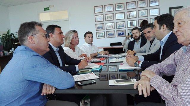 Amor (2º dcha.) habla con Hernández, Albás y Gómez (frente a él)