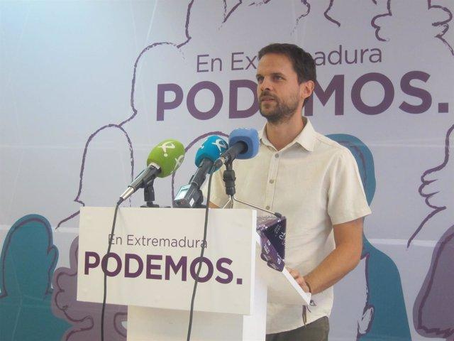 El portavoz del Grupo Parlamentario Podemos, Álvaro Jaén, en rueda de prensa