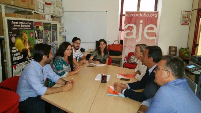 Albás, Hernández y Torrejimeno (dcha.) frente a los responsables de AJE-Córdoba