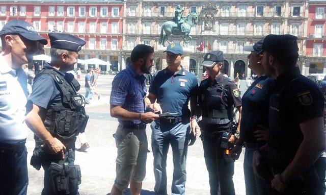 Policá francesa e italiana patrullando con madrileña en Plaza Mayor