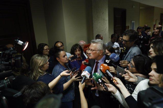 Antonio Trevín Lombán, diputado del PSOE, atiende a los medios