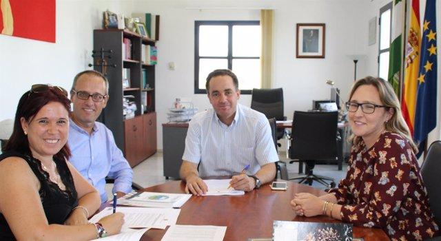 El alcalde de Valencina de la Concepción  firmando el contrato