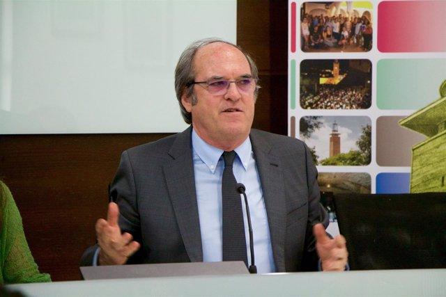 El exministro de Educación Ángel Gabilondo en los cursos de verano de la UPO