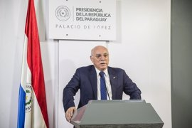 El Gobierno condecora al ministro paraguayo Loizaga por su impulso a la relación con España