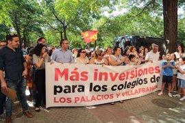 Unos 200 vecinos de Los Palacios (Sevilla) y representantes del Ayuntamiento piden a la Junta más inversión en educación