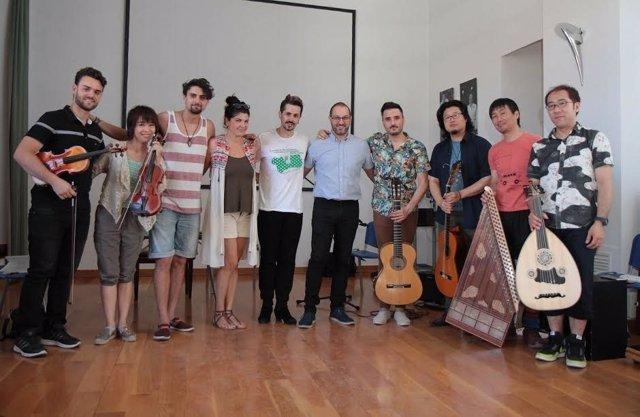 Compañía flamenca Benito García de Japón, junto al David Luque (centro)