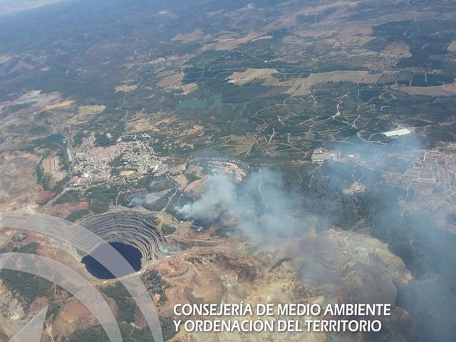 Vista desde el aire del incendio declarado en un paraje de Minas de Riotinto.