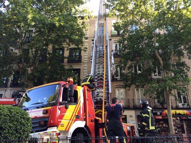 Bomberos extinguen  un incendio en la calle Atocha