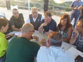 Constituyen un puesto de mando avanzado en El Campillo para analizar la situación del incendio
