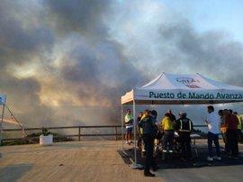 Unos 170 efectivos componen el dispositivo de extinción esta noche por el incendio de Riotinto (Huelva)