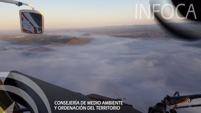 Una espesa nube de humo dificulta las tareas de los medios aéreos.
