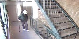 Detenido un ladrón cojo y con bastón por robar en 12 pisos turísticos de Barcelona