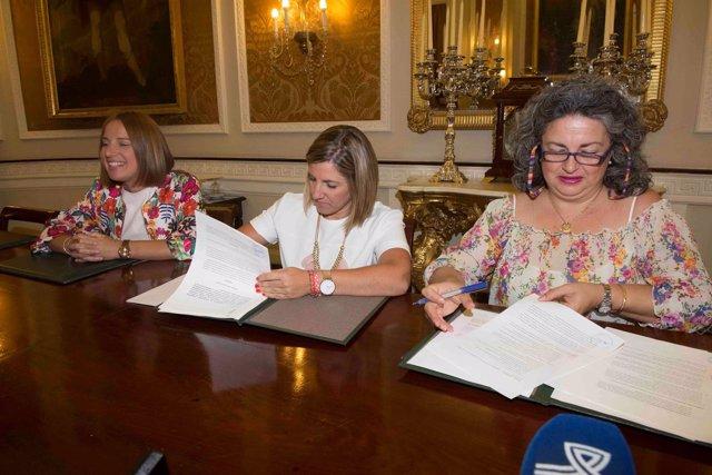 Irene García y Gemma García firman el convenio entre Diputación y Amep