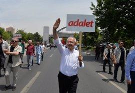 El líder del partido opositor CHP anuncia un recurso ante el TEDH por el referéndum constitucional