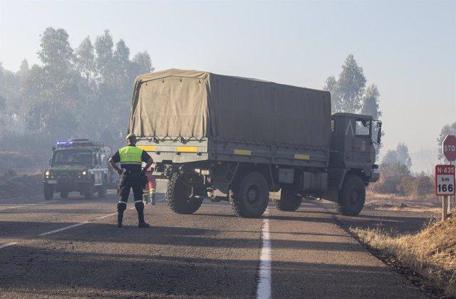 Efectivos de la Guardia Civil trabajando en el incendio de Riotinto (Huelva)
