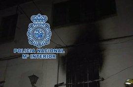 Dos agentes salvan la vida a un anciano en el incendio de una vivienda de Granada