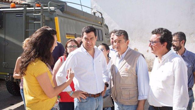 Juanma Moreno visita el puesto de mando avanzado por el incendio de Riotinto.