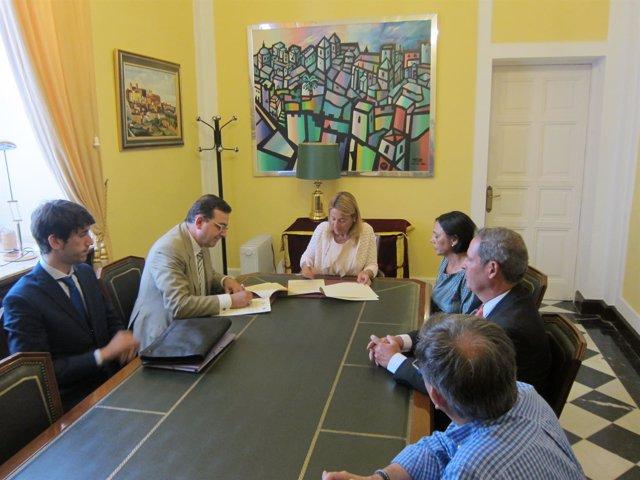 Firma de convenio entre Ayuntamiento y Agencias Inmobiliarias