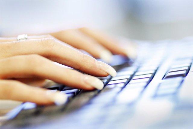 Mujer usando el teclado del ordenador