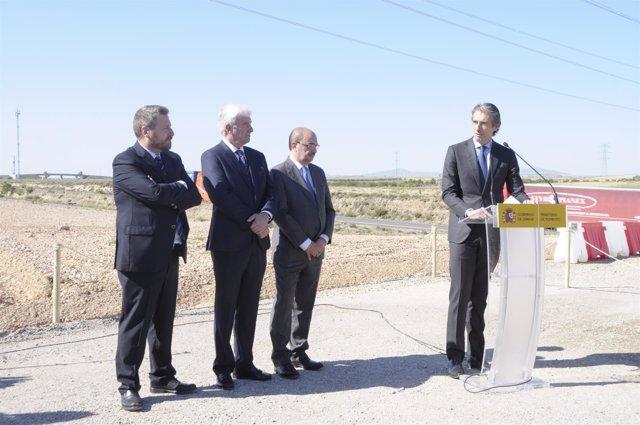 El ministro Íñigo de la Serna ha visitado la N-232 entre Gallur y Mallén.