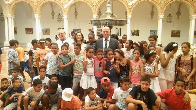 Antonio Ruiz (centro), junto a Ana Guijarro y los niños saharauis